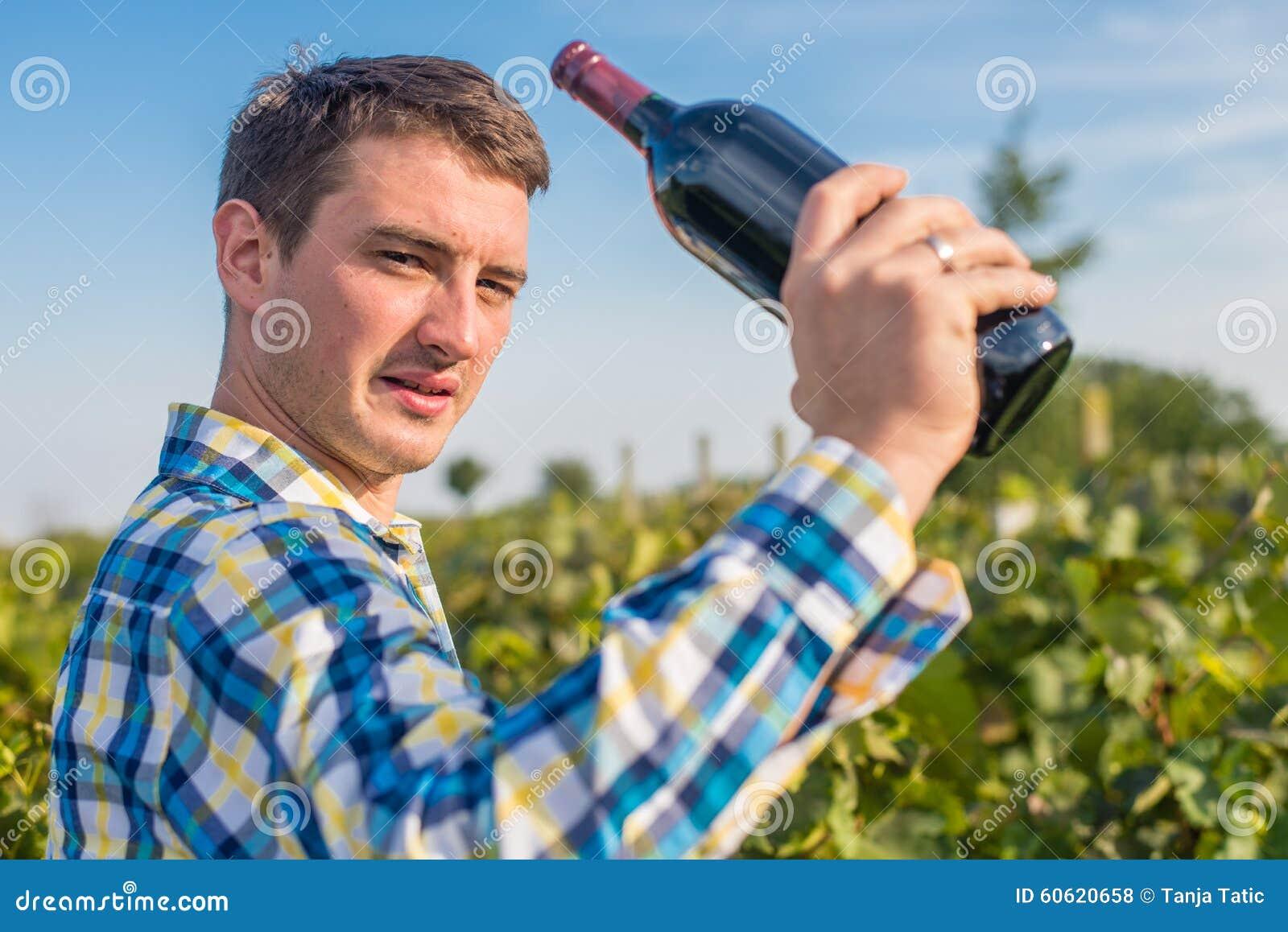 Человек в винограднике