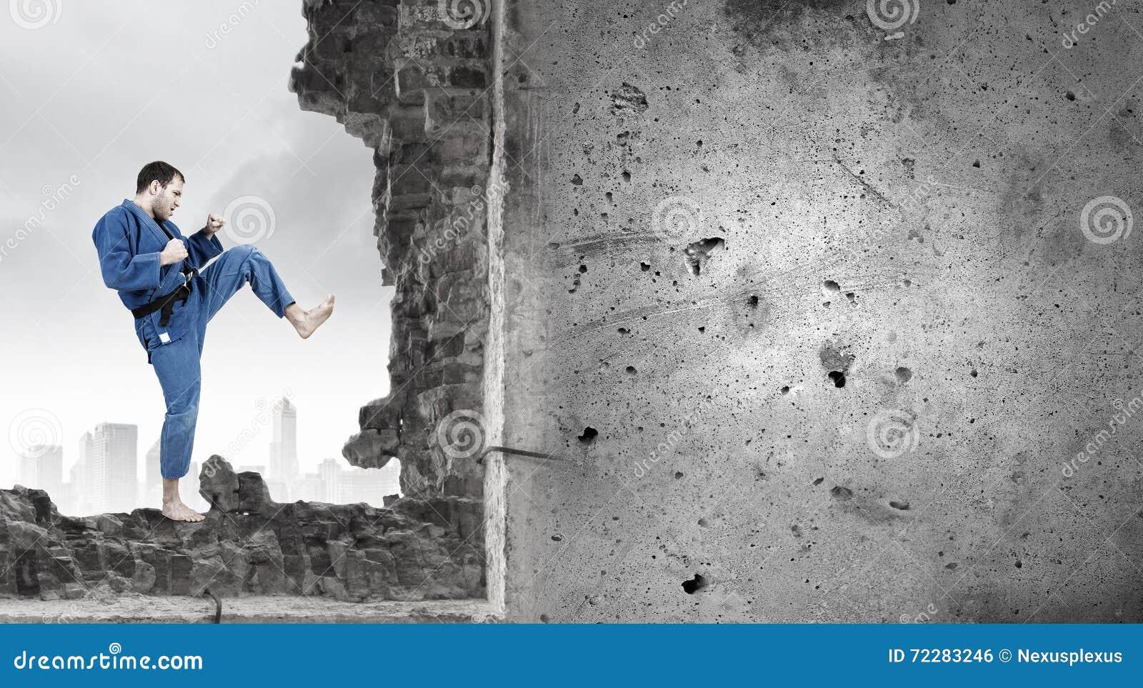 Download Человек в кимоно ломая стену Стоковое Фото - изображение насчитывающей adulteration, прочность: 72283246