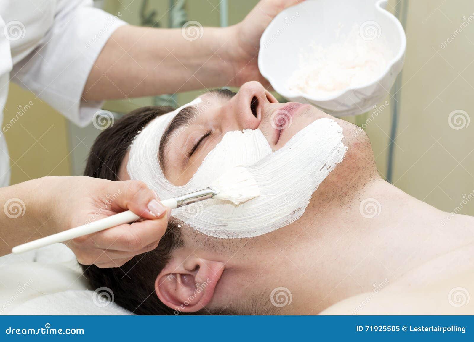 Человек в процедуре по косметики маски