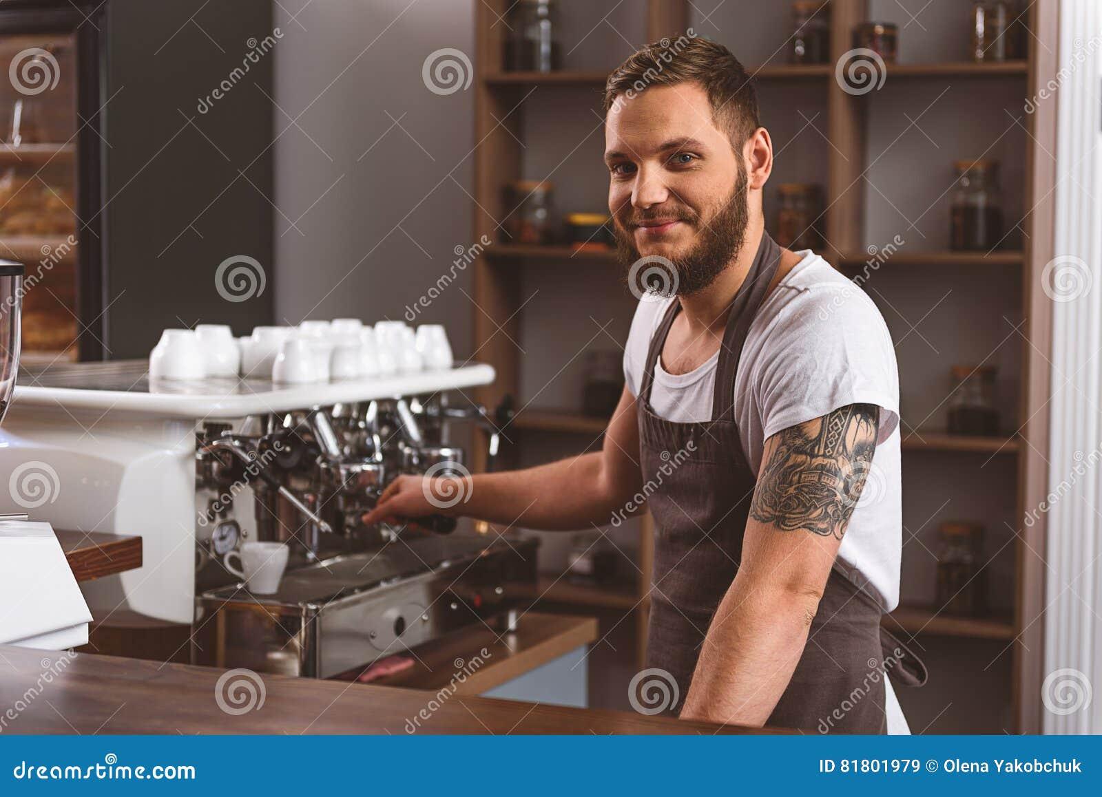 Человек в рисберме усмехаясь в кафе