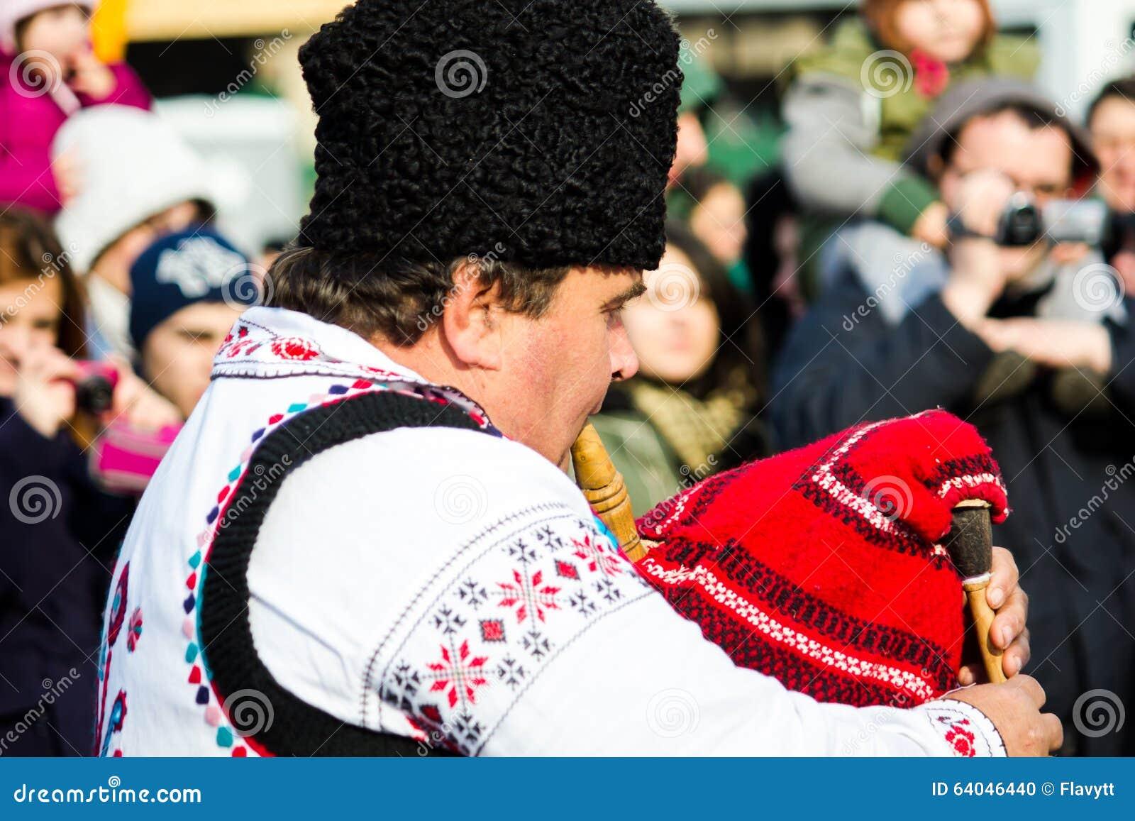 Человек в румынском традиционном костюме, играя трубу