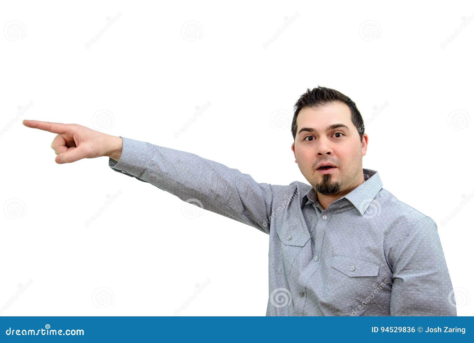 Человек в серой рубашке указывая выразительно на белый фон