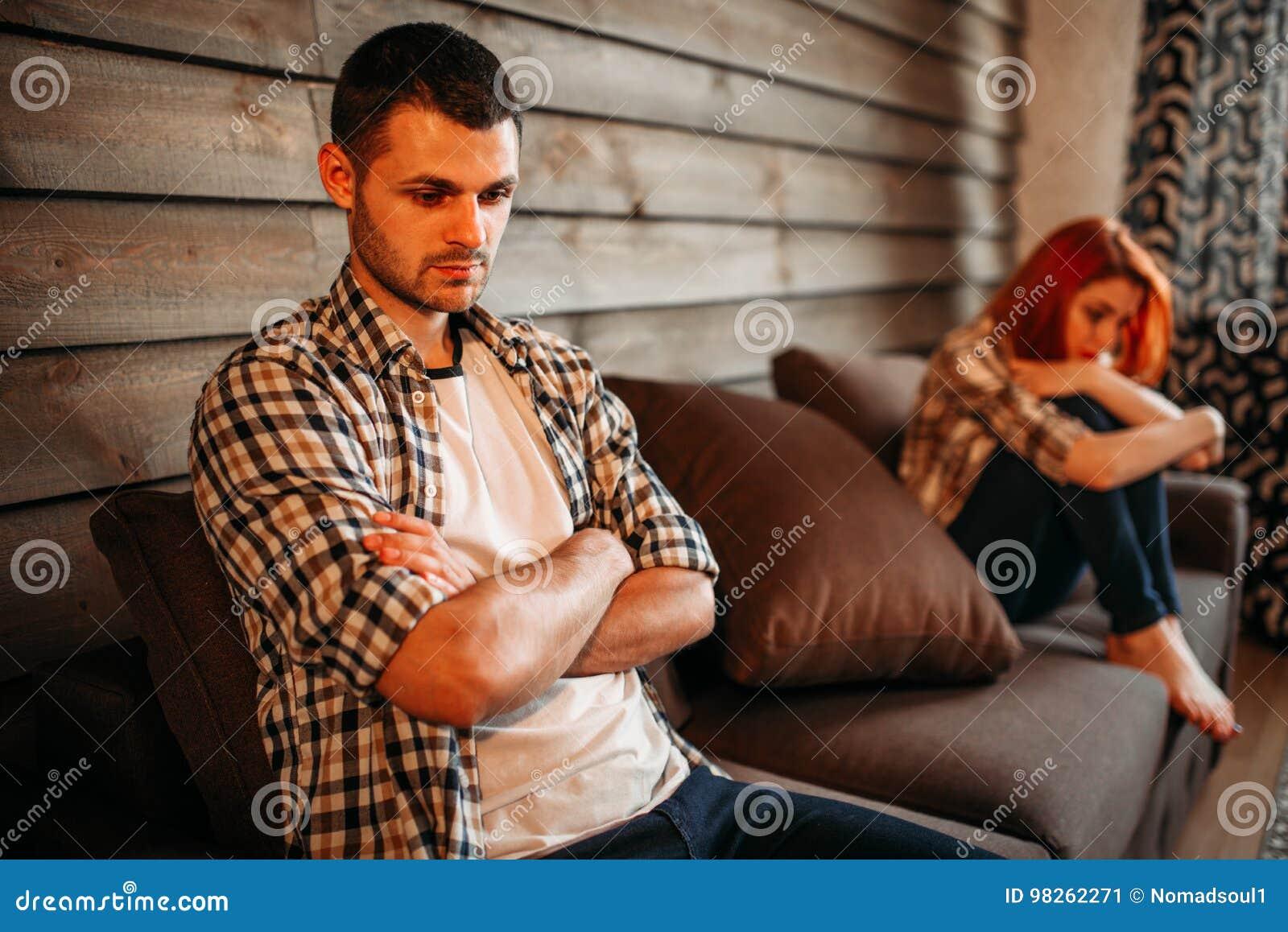 Человек в стрессе и несчастная женщина, ссора семьи