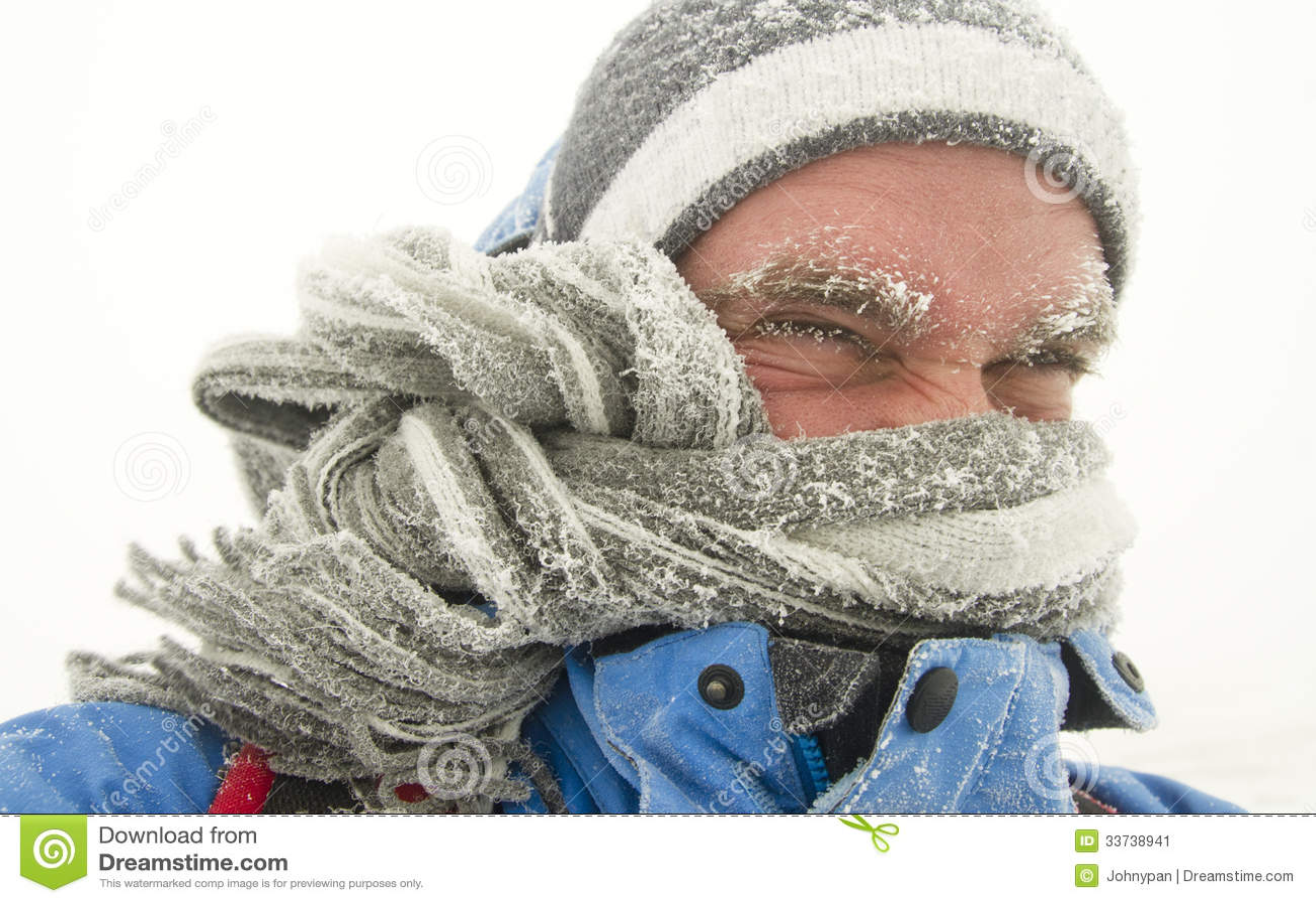 Человек в шторме зимы