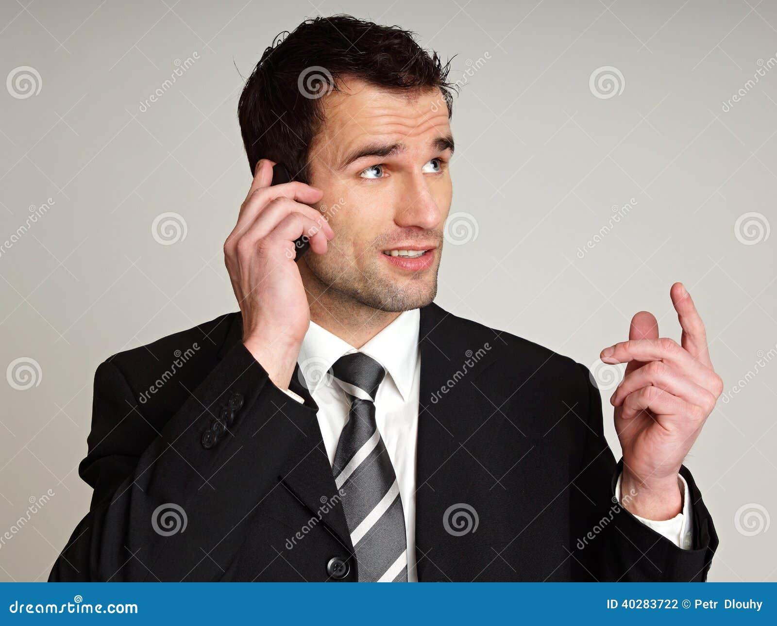 Человек говорит в мобильный телефон