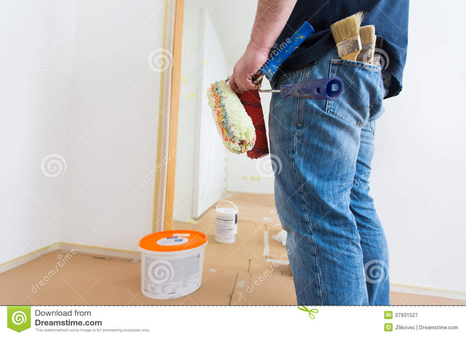 Человек держа ролики и щетки