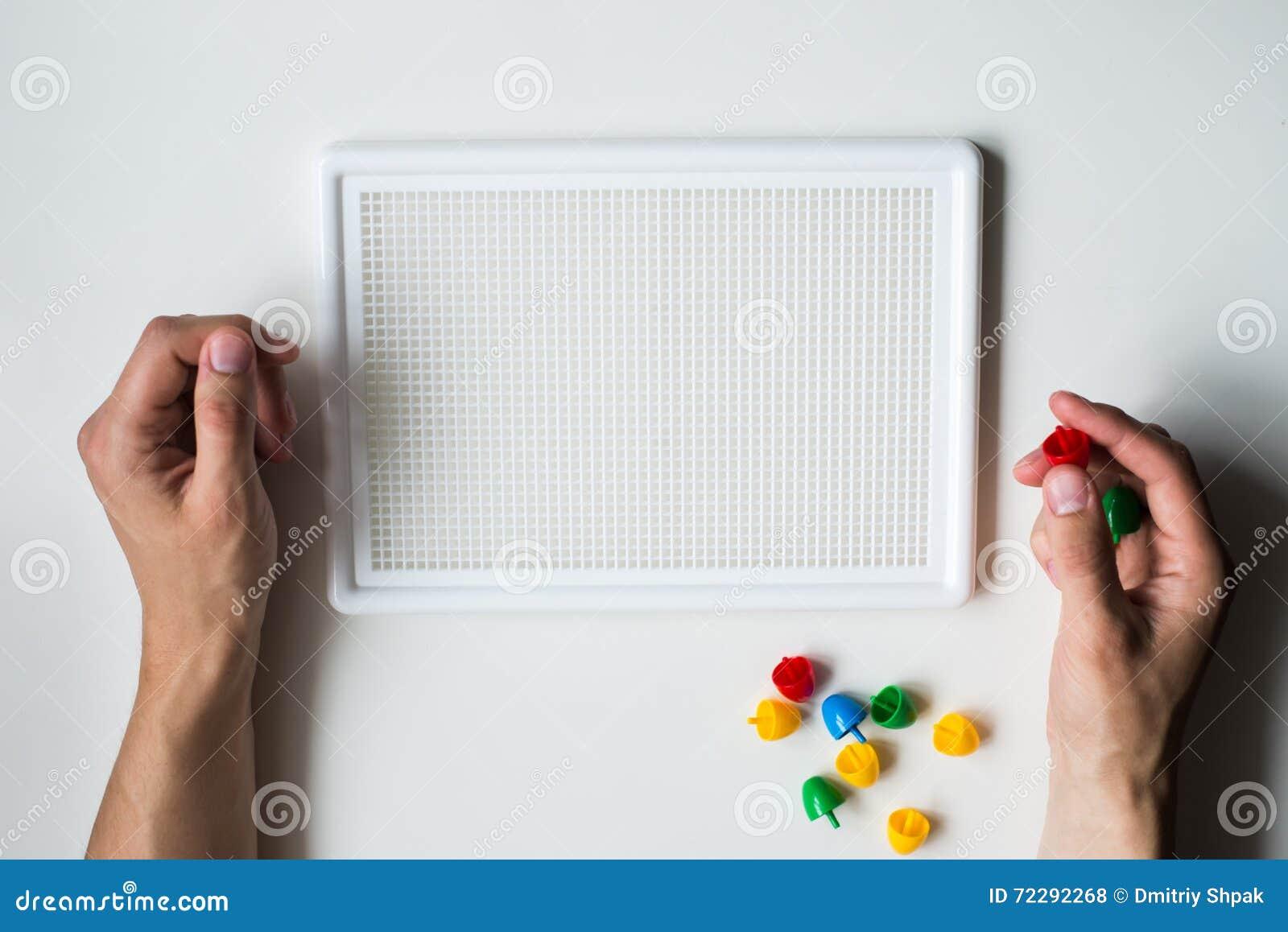 Download Человек делая мозаику на белой предпосылке Стоковое Фото - изображение насчитывающей процесс, изображение: 72292268