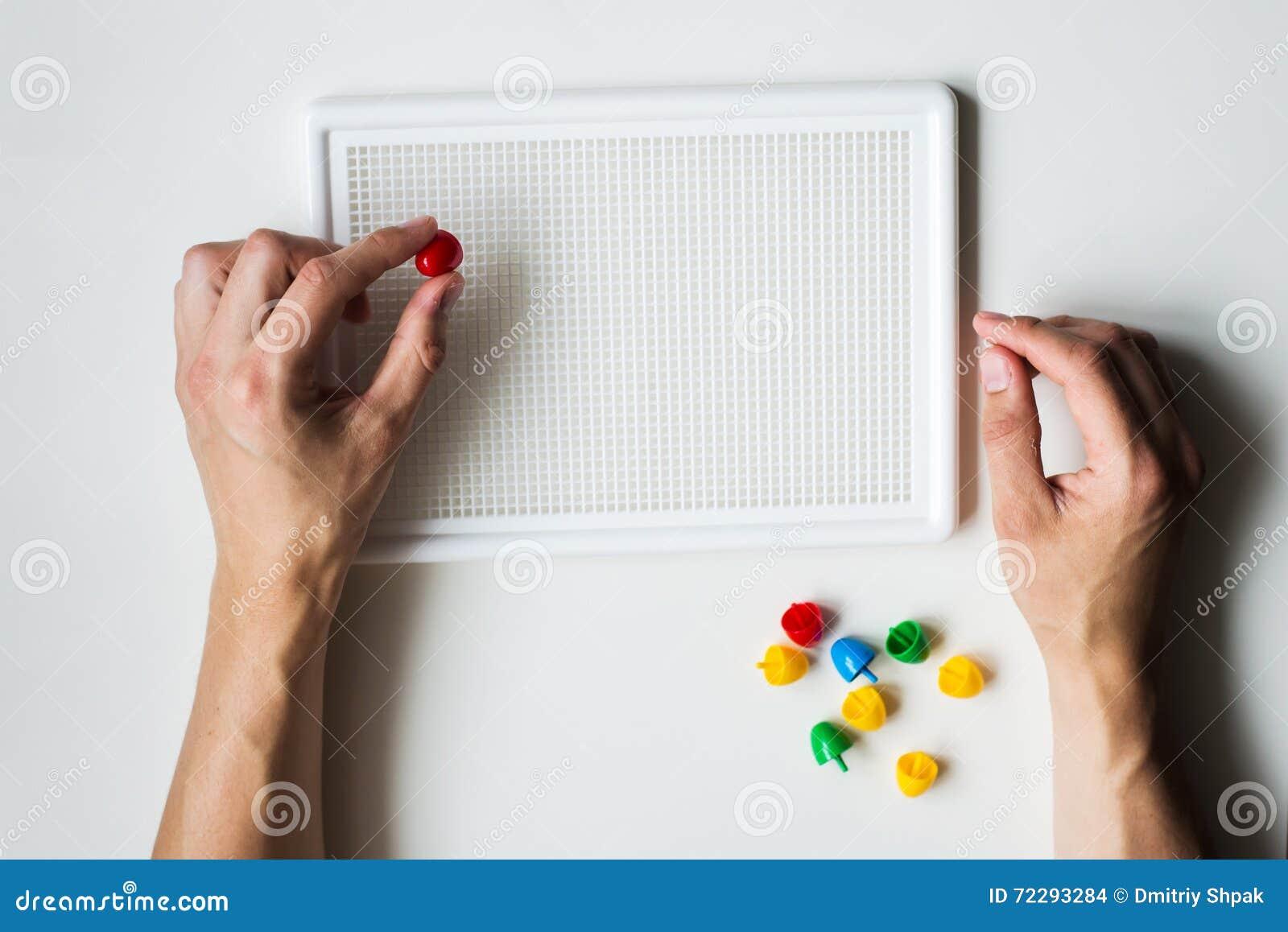 Download Человек делая мозаику на белой предпосылке Стоковое Фото - изображение насчитывающей конструкция, дело: 72293284