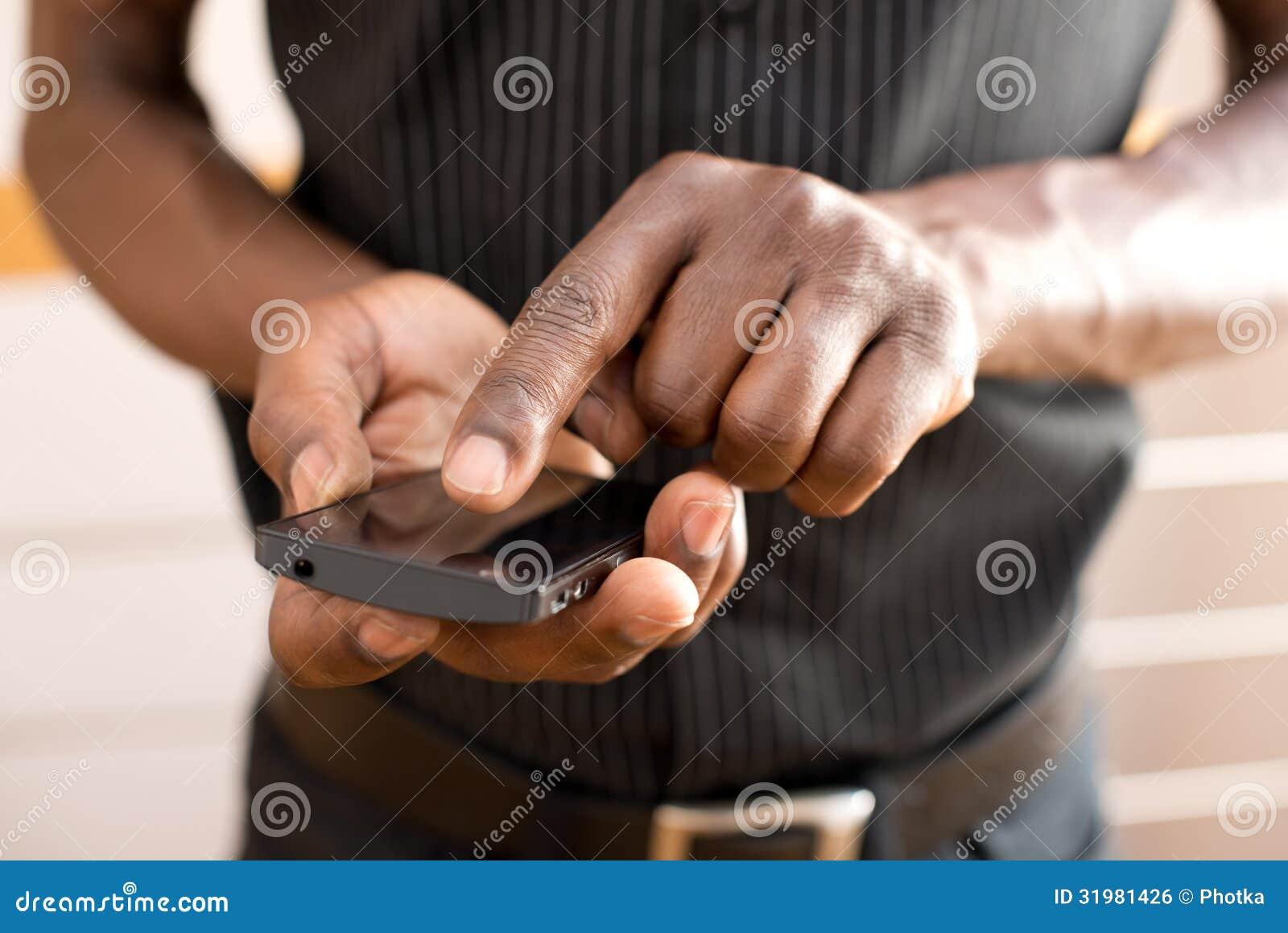 Человек используя умный телефон