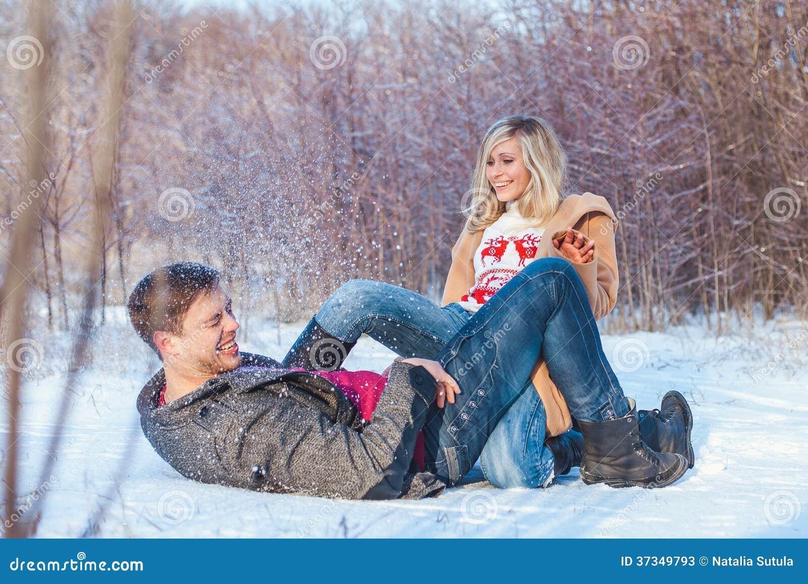 Человек и женщина идя в парк