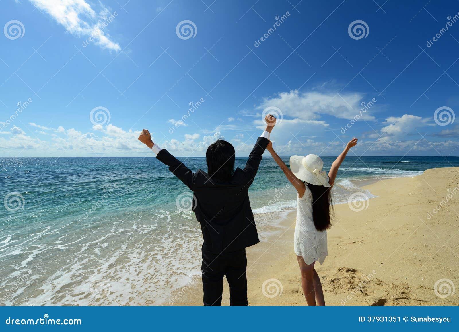 Человек и женщина на пляже