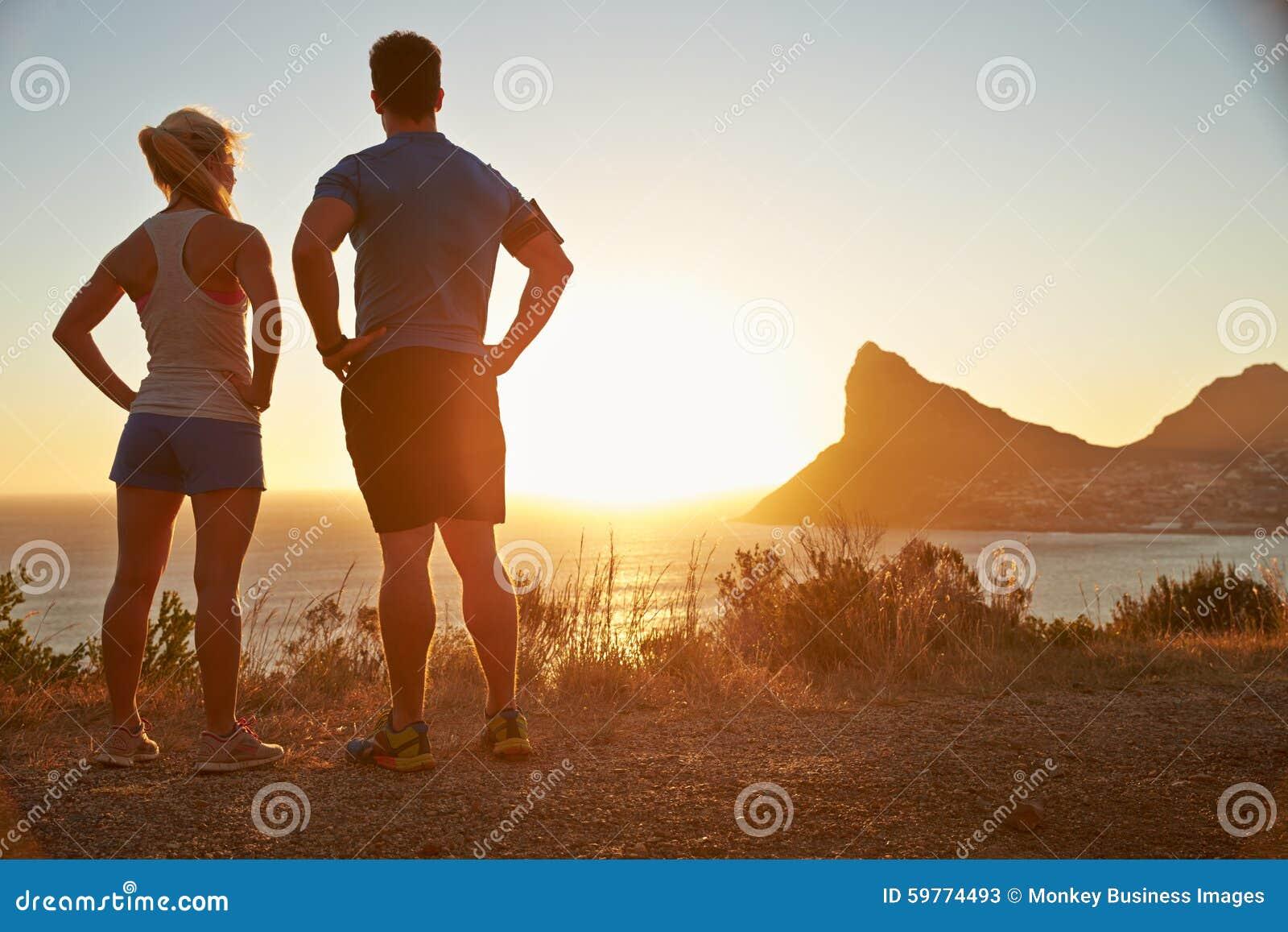 Человек и женщина предусматривая после jogging