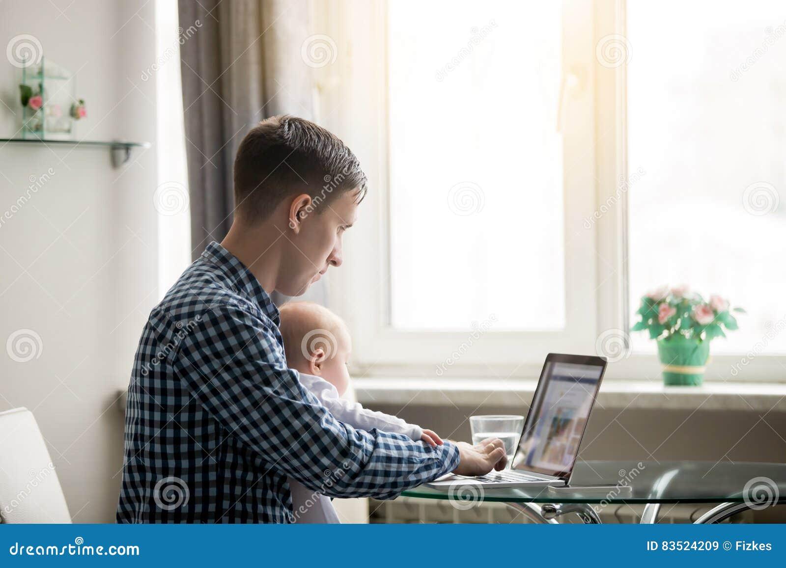 Человек и младенец на компьтер-книжке