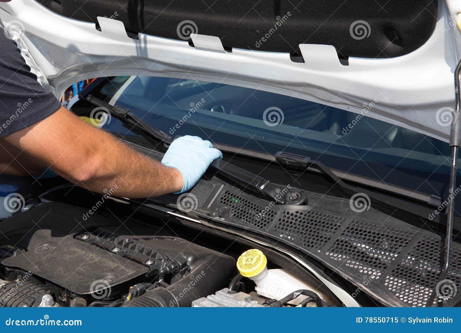 Человек механика работает в его мастерской