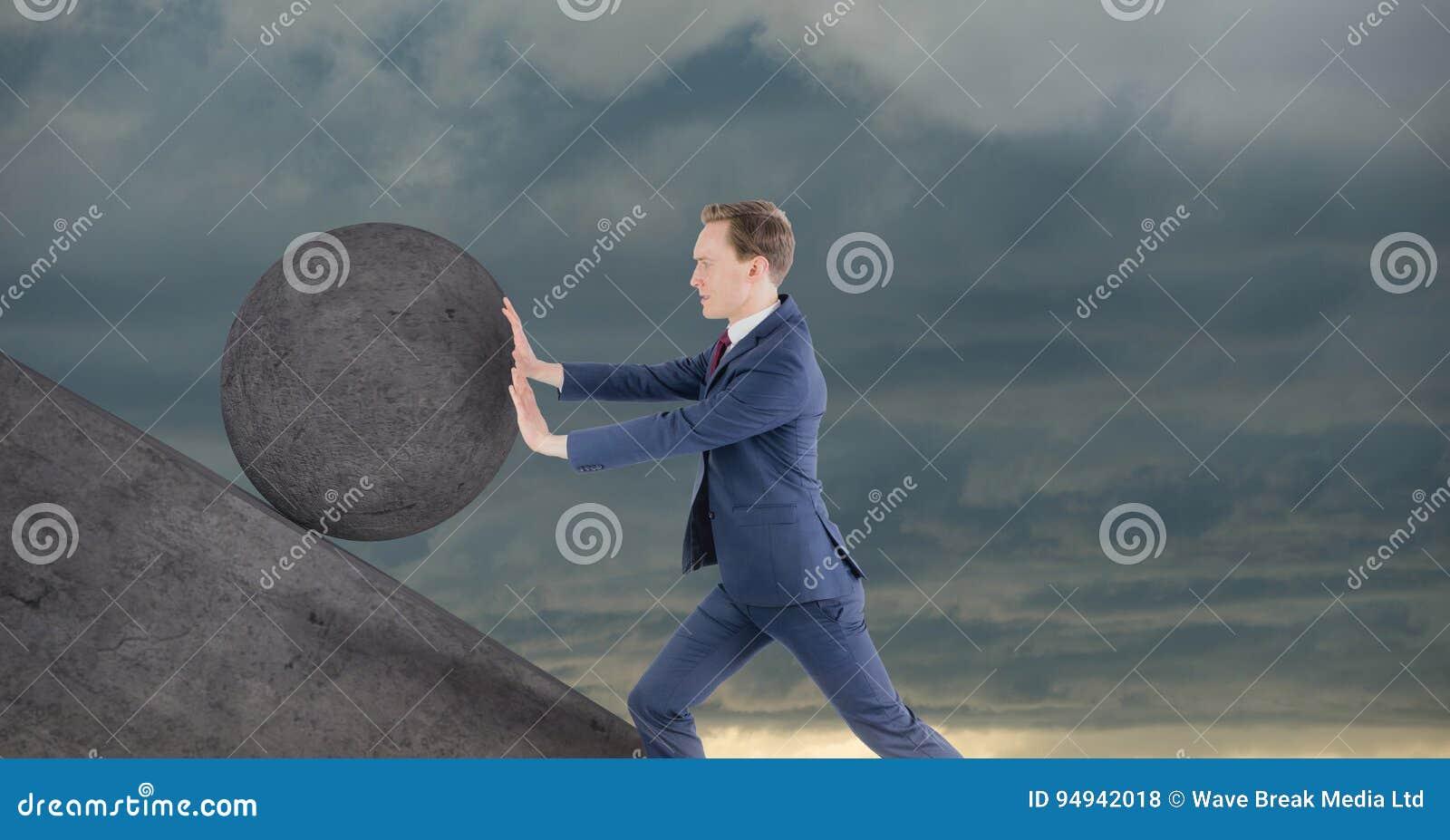 Человек нажимая свертывать вокруг утеса