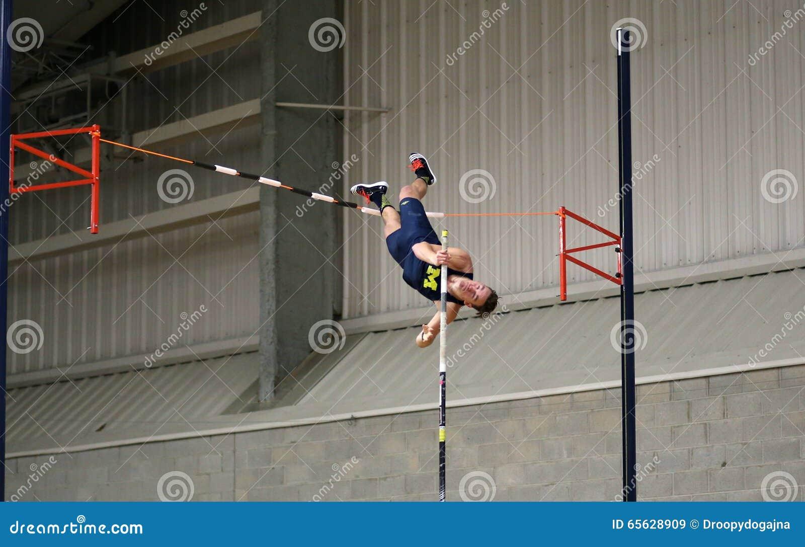 Человек на прыжке с шестом