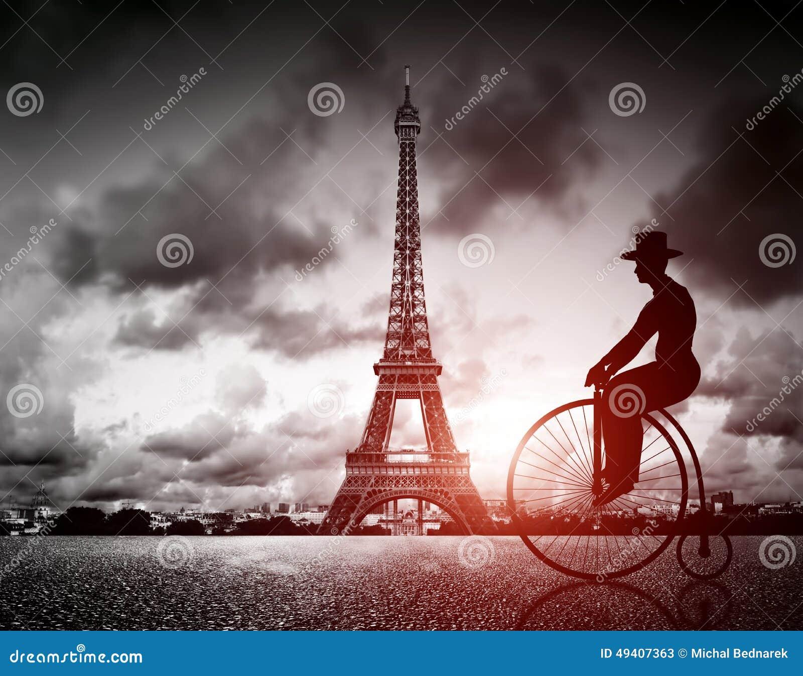 Человек на ретро велосипеде рядом с башней Effel, Парижем, Францией