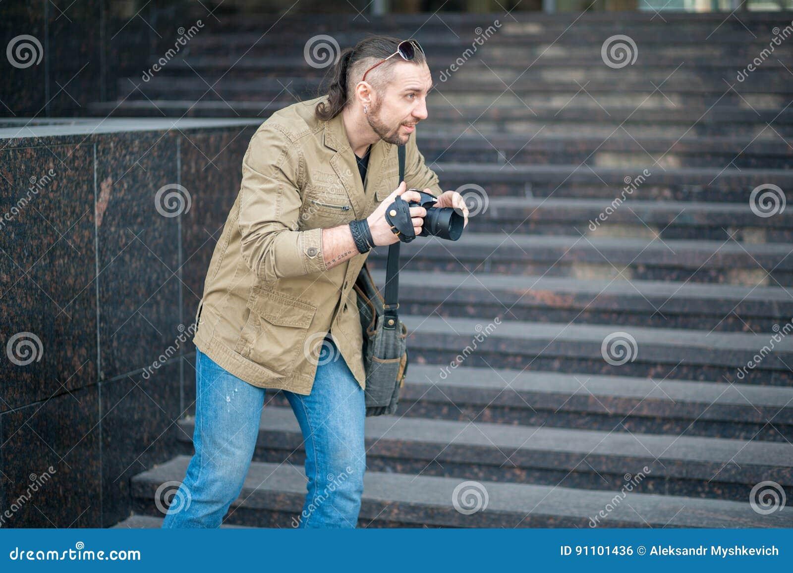 Человек на фотографировать улицы