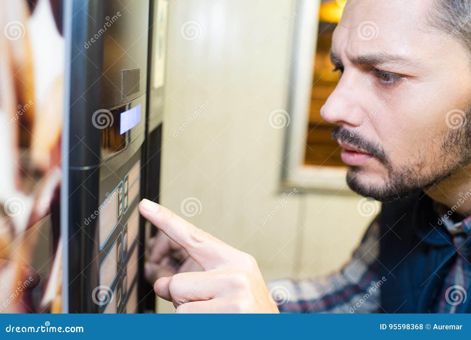 Человек отжимая торговый автомат