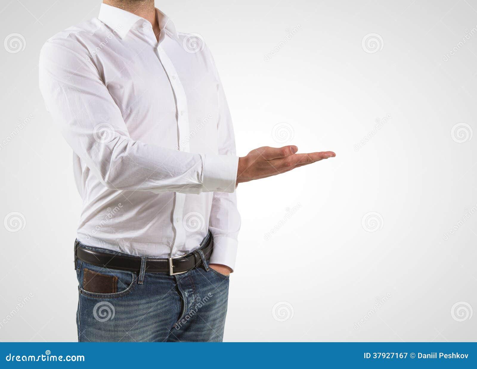 Человек показывает руку