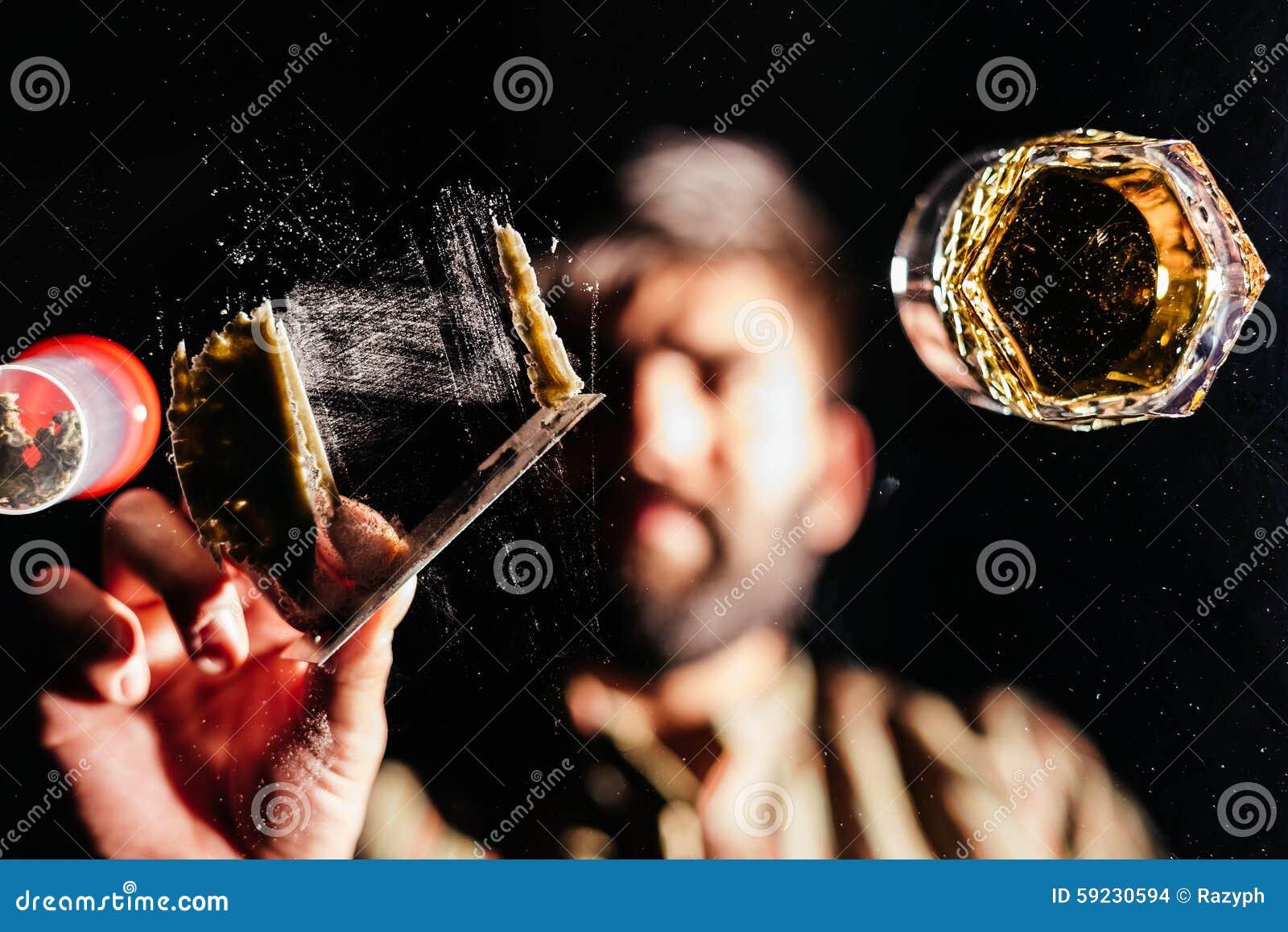 Человек подготавливая кокаин