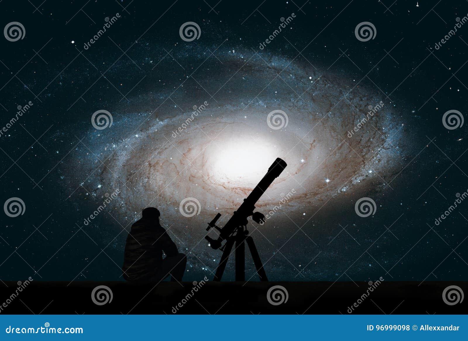 Человек при телескоп смотря звезды Пообещанная галактика ` s, M81