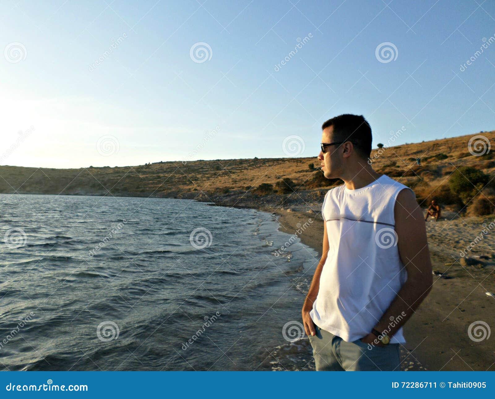 Download Человек смотря вне море стоковое изображение. изображение насчитывающей мужчина - 72286711