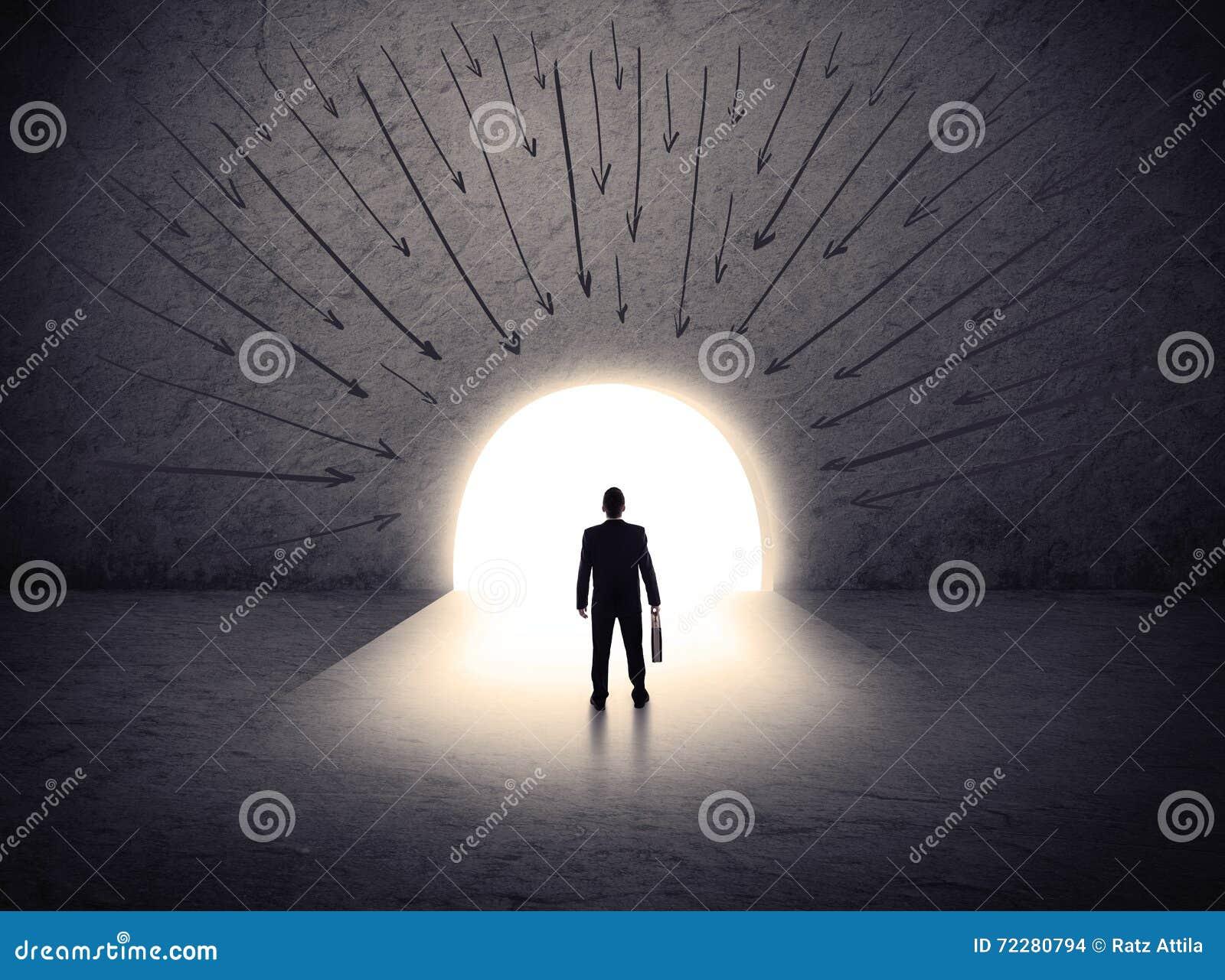 Download Человек стоя перед огромным стробом Стоковое Фото - изображение насчитывающей дело, красиво: 72280794