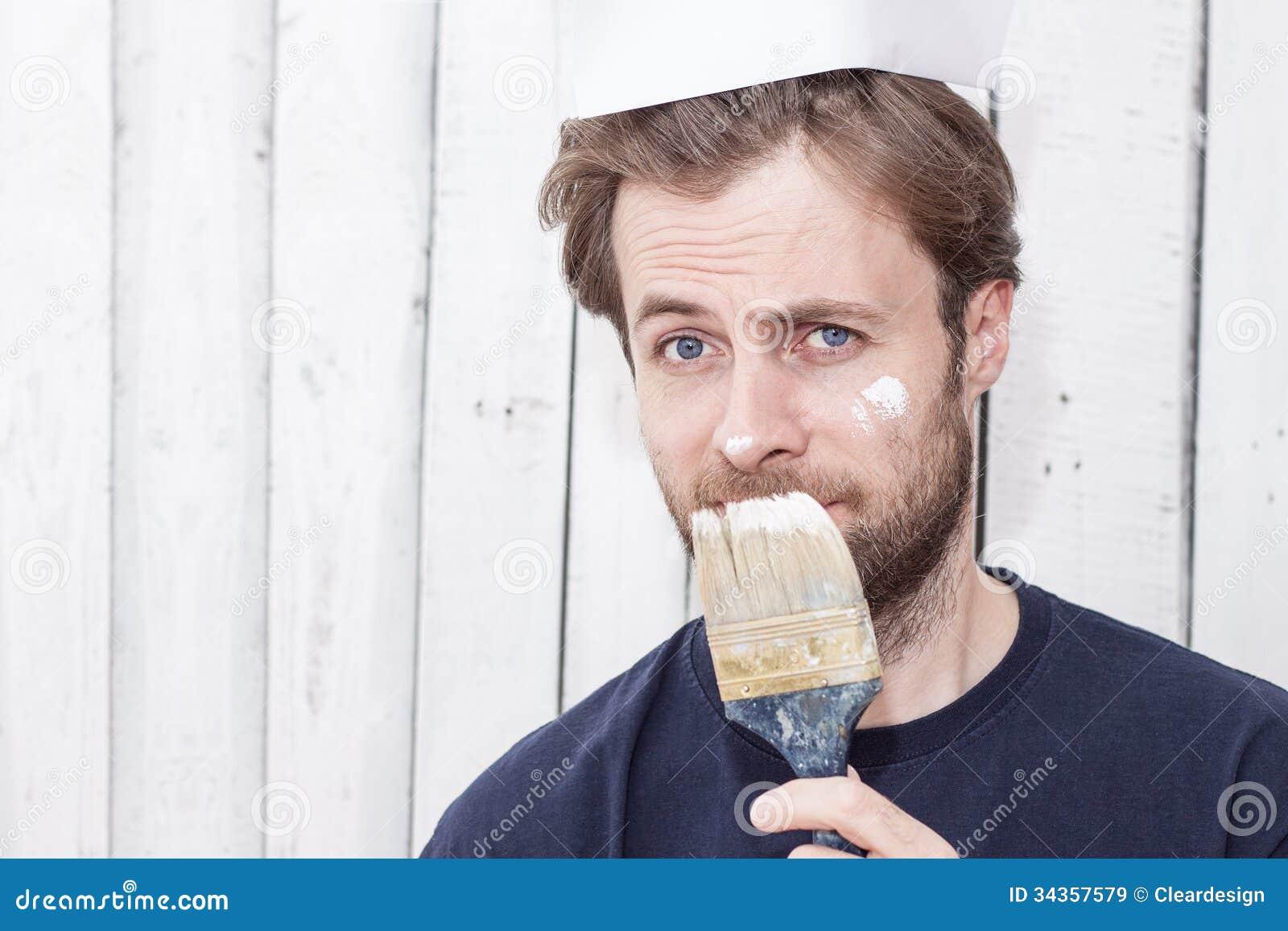 Человек с кистью - реновация, крася стены