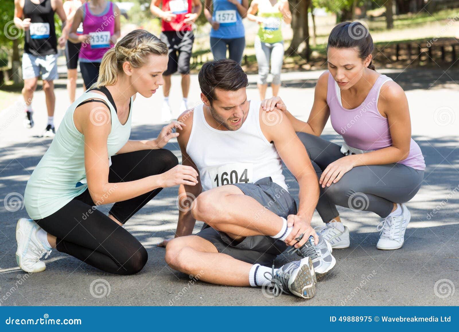 Человек с раненой лодыжкой во время гонки в парке