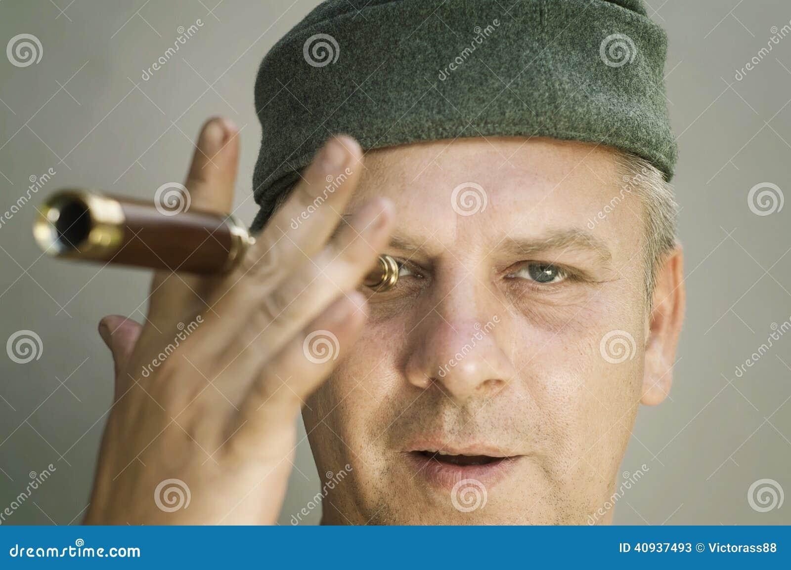 Человек с spyglass