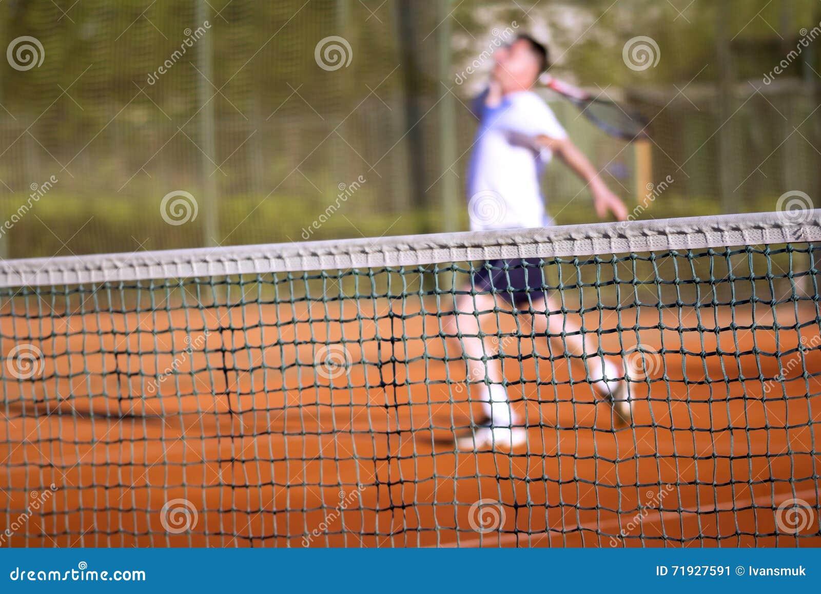 Человек тенниса сетчатый играет теннис