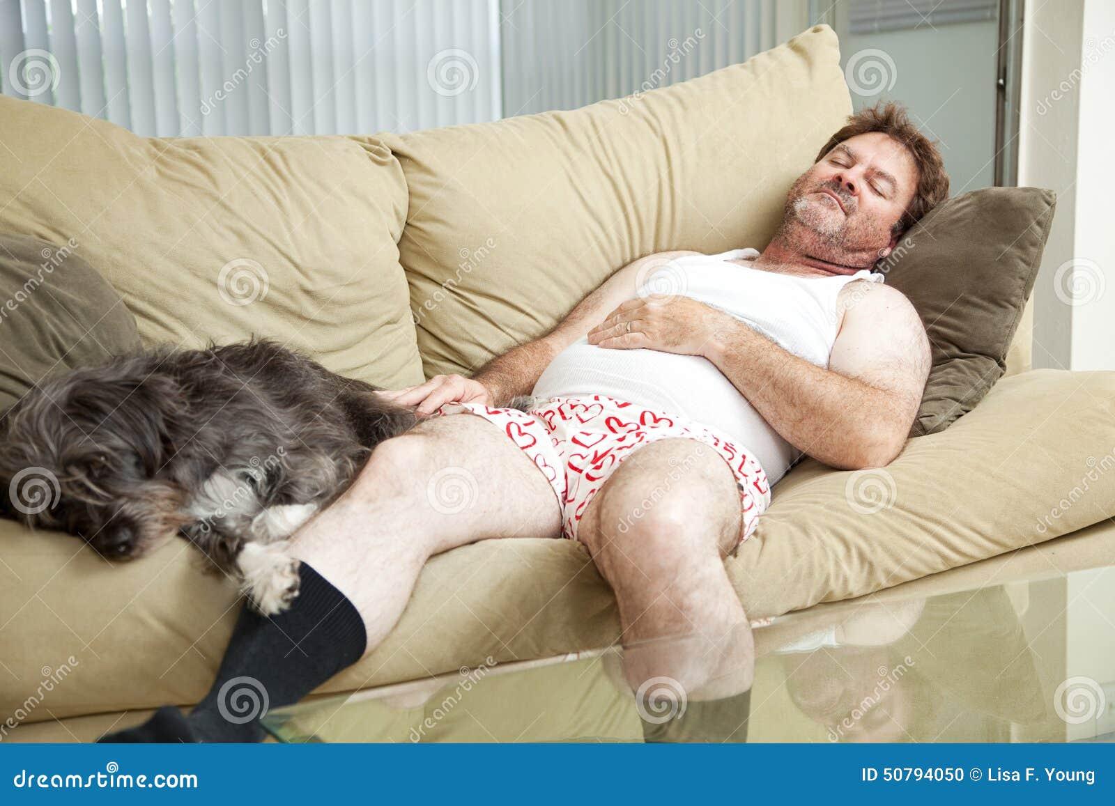 Человек уснувший с его собакой