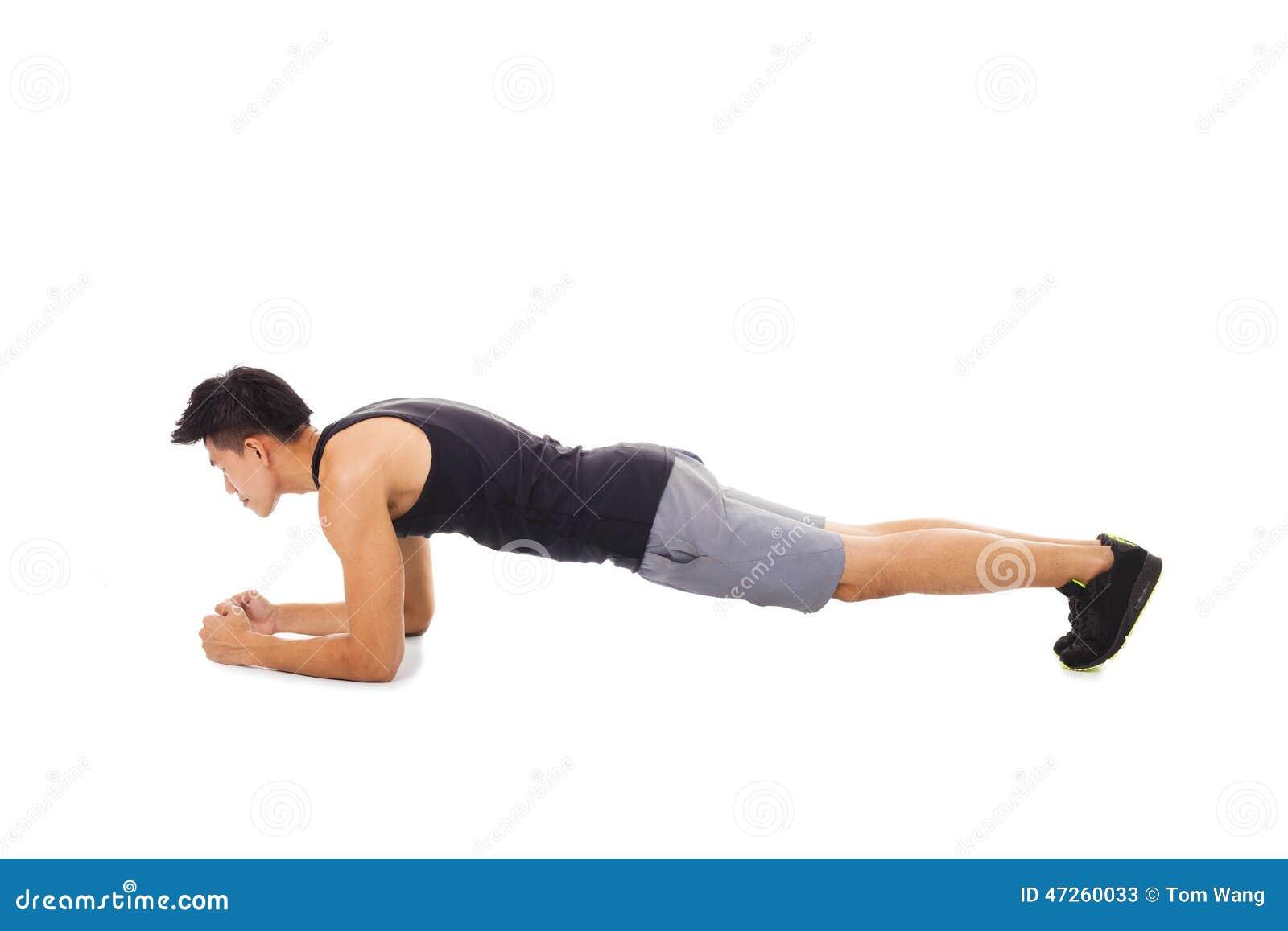 человек фитнеса делая разработку тренировки ядра планки