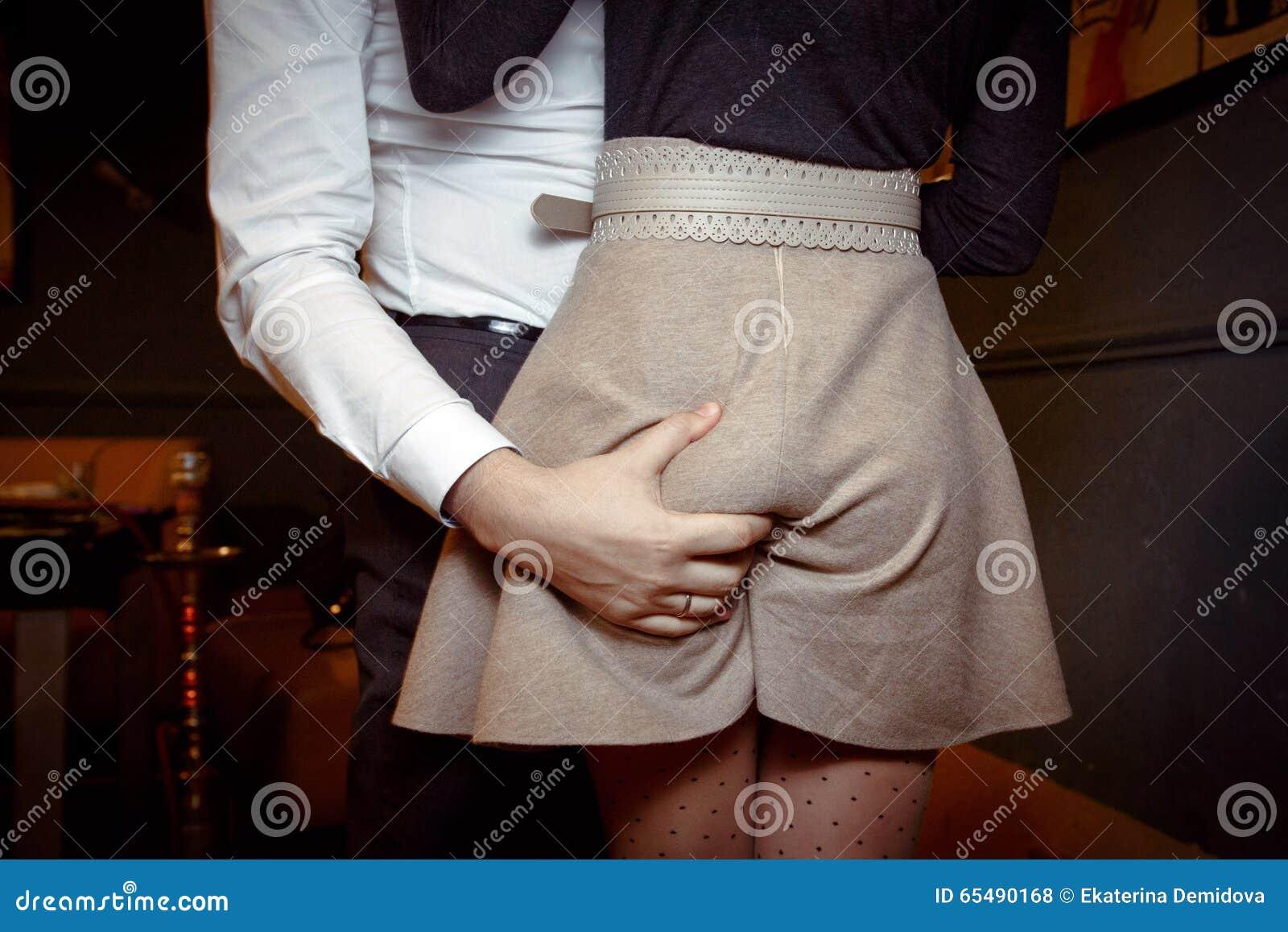 засунул руку под юбку видео остальное вопросы связанны