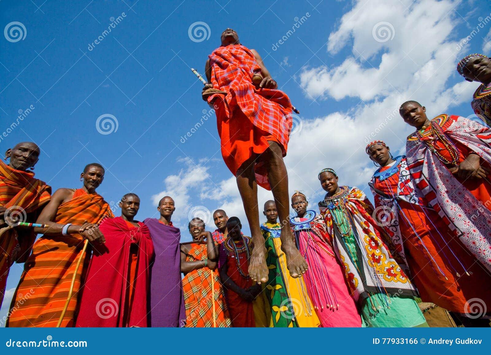Человек Masai племени показывает ритуальные скачки