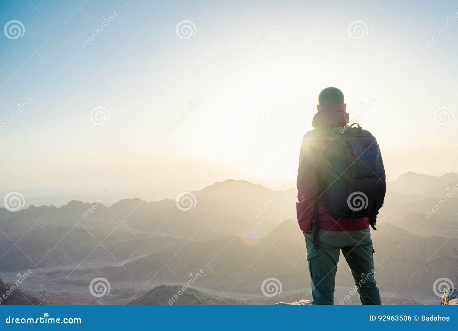Человек na górze горы