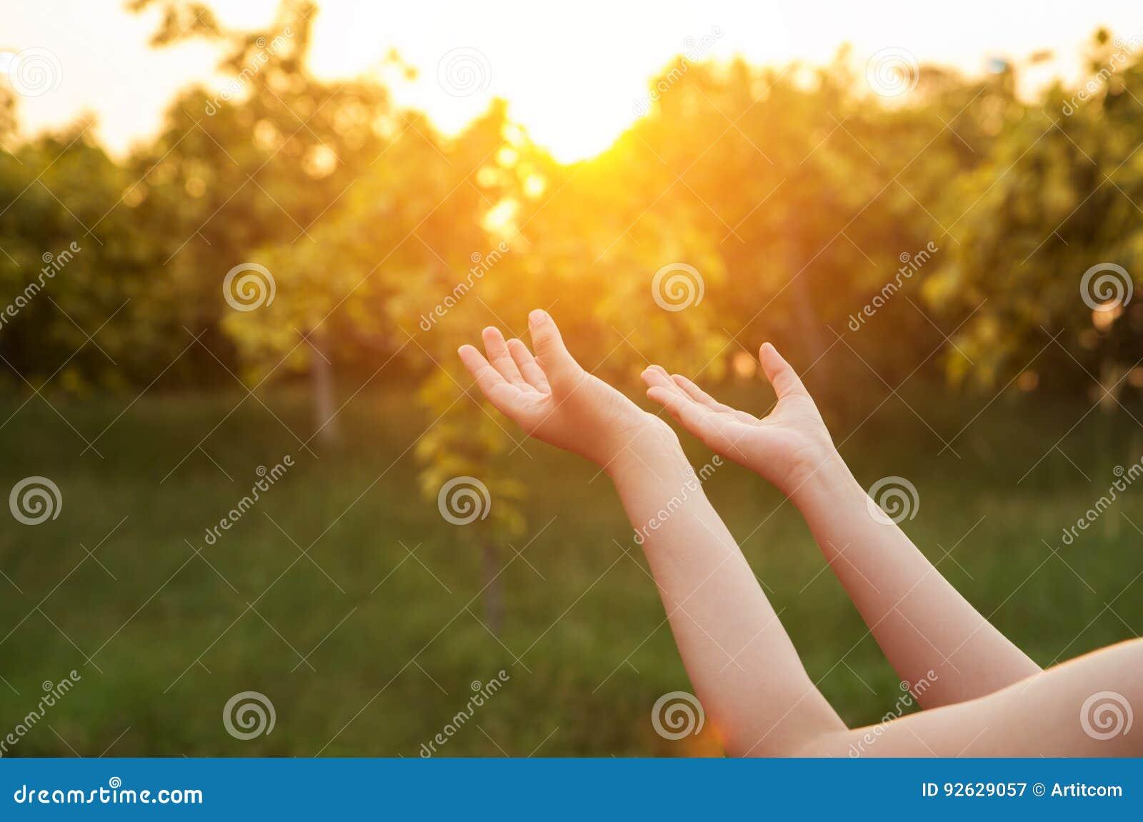 Человеческие руки раскрывают поклонение ладони поднимающее вверх Терапия евхаристии благословляет бога он