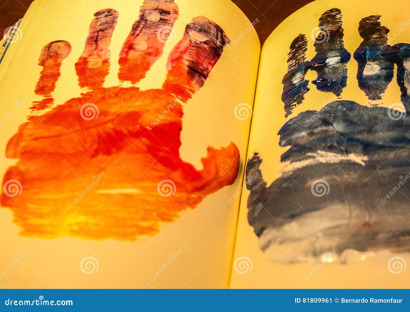 Человеческие формы рук покрашенные на тетради