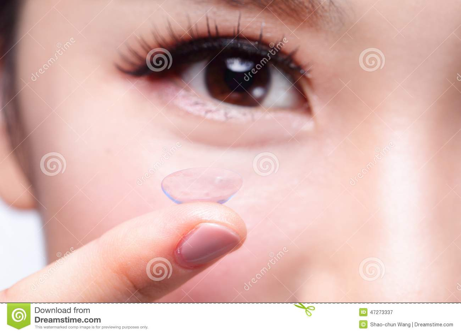 Человеческий глаз и контактные линзы