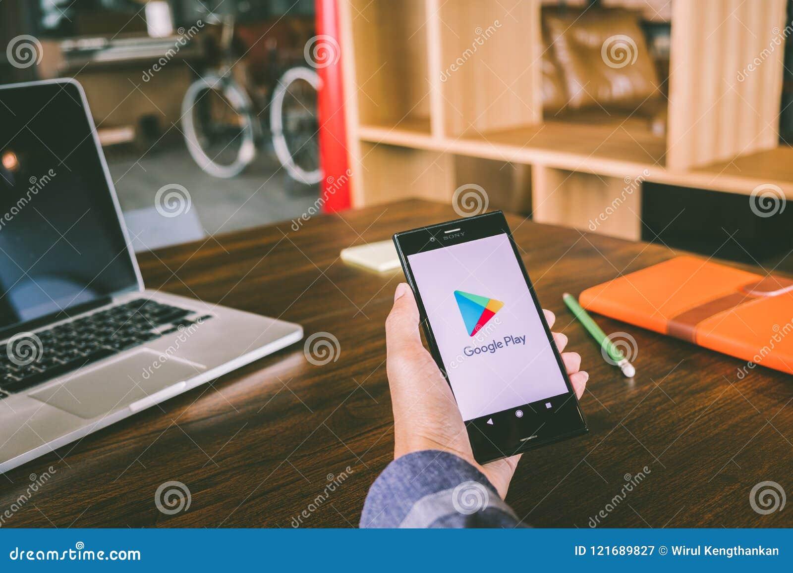 ЧИАНГМАЙ, ТАИЛАНД - 7,2018 -го июль: Человек держит мобильный телефон используя