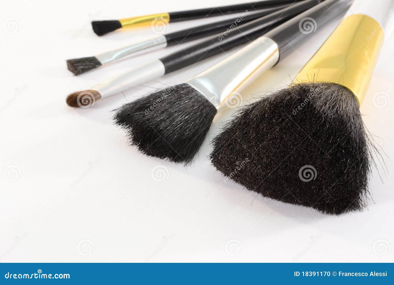 чистит косметику щеткой