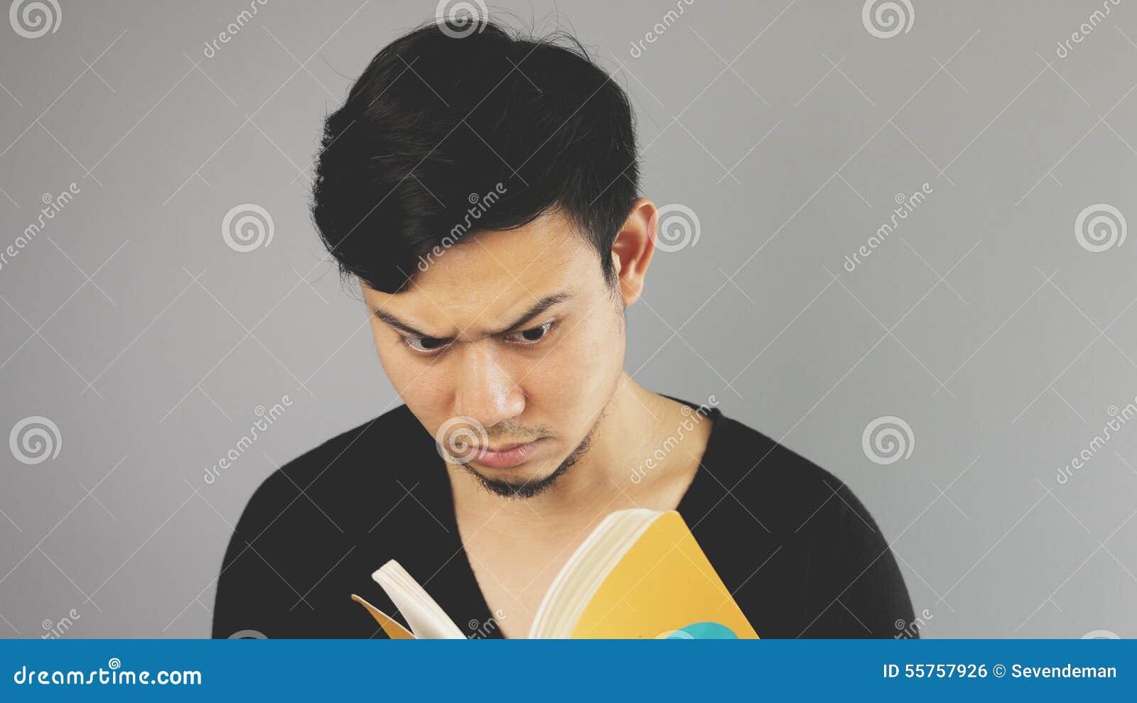 Читающ книгу серьезно