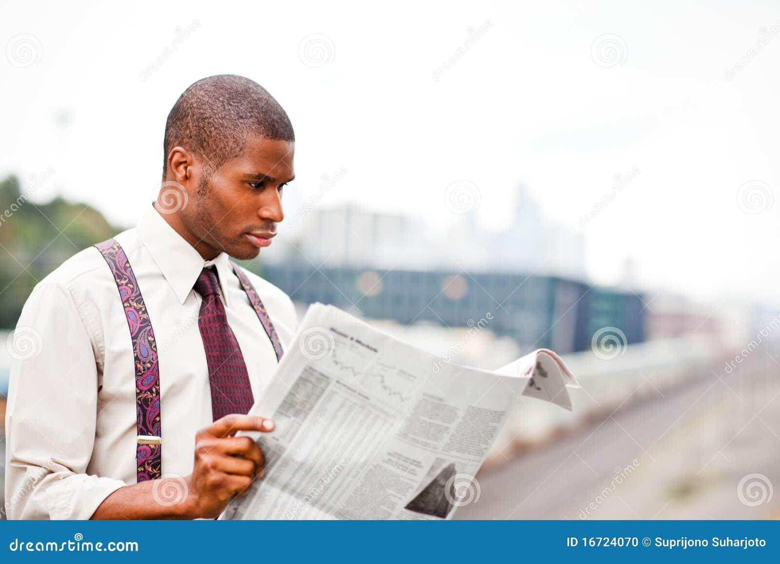 чтение газеты бизнесмена