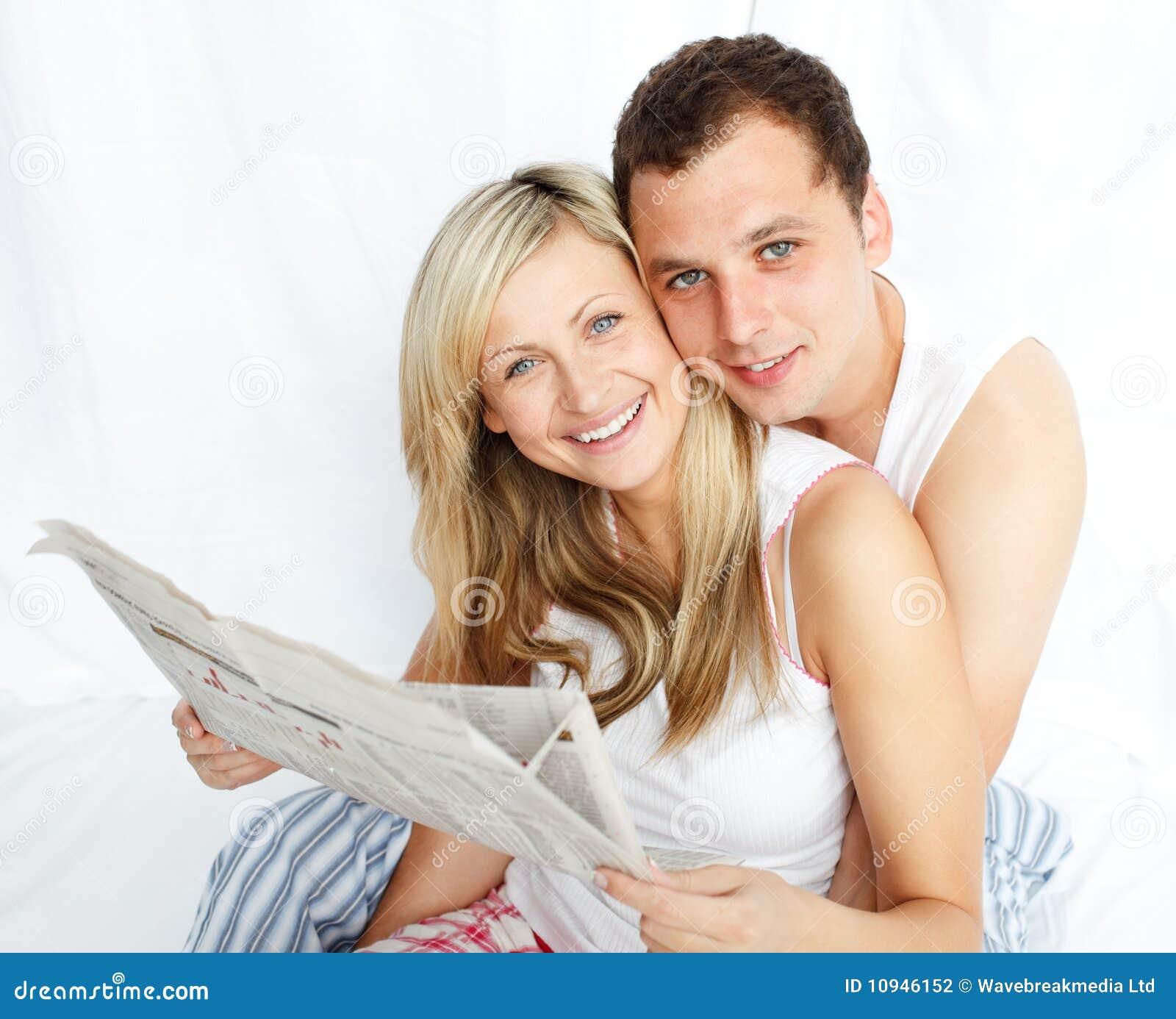 чтение газеты пар кровати