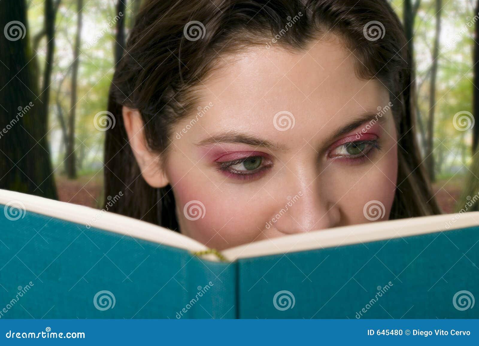 Download чтение девушки книги стоковое фото. изображение насчитывающей laughing - 645480