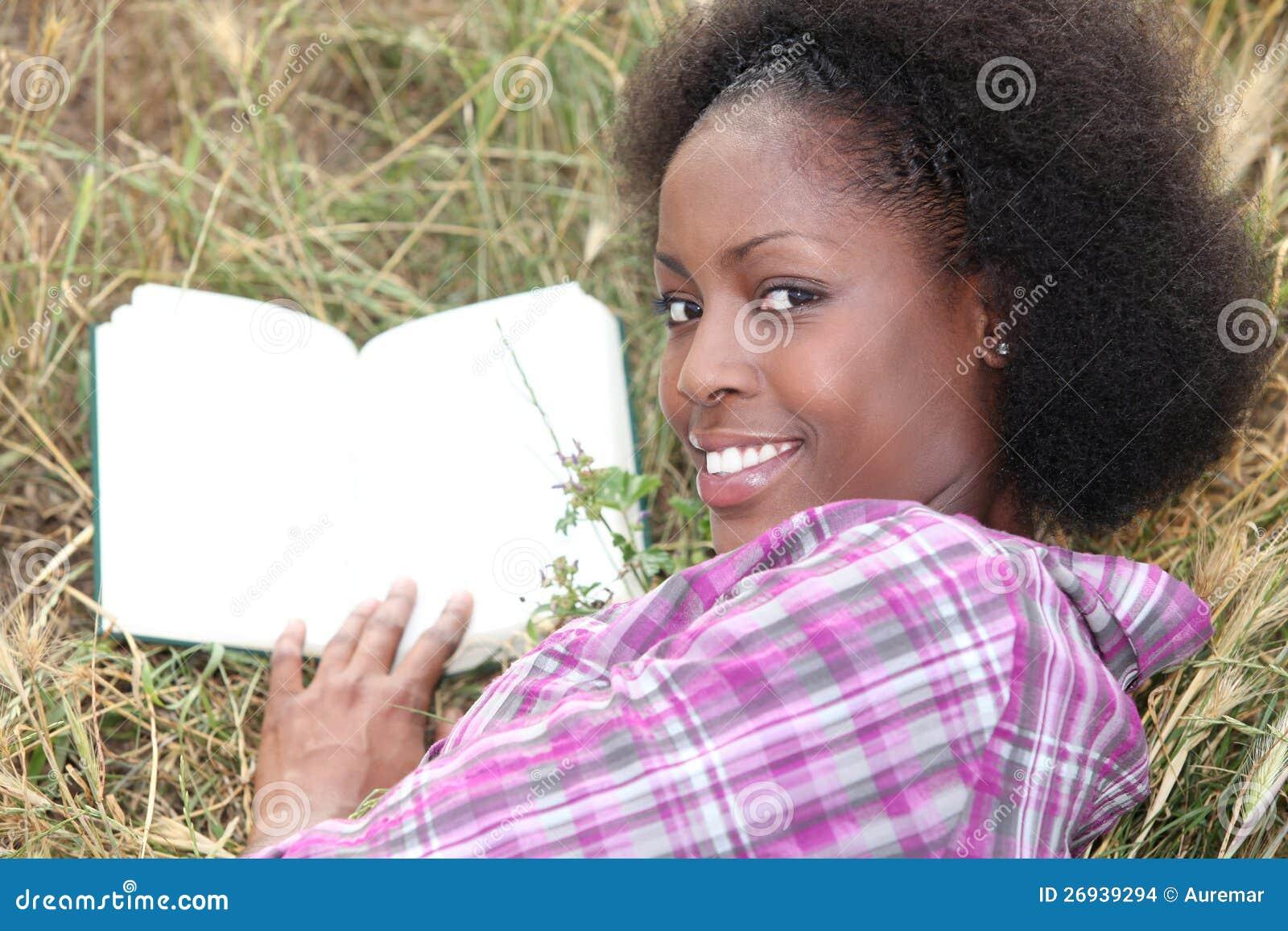 Чтение женщины в траве