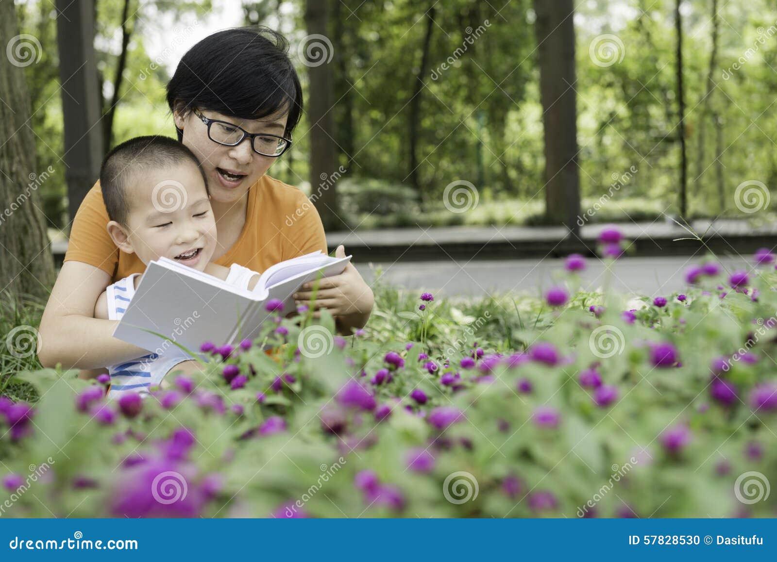 Чтение матери для сына