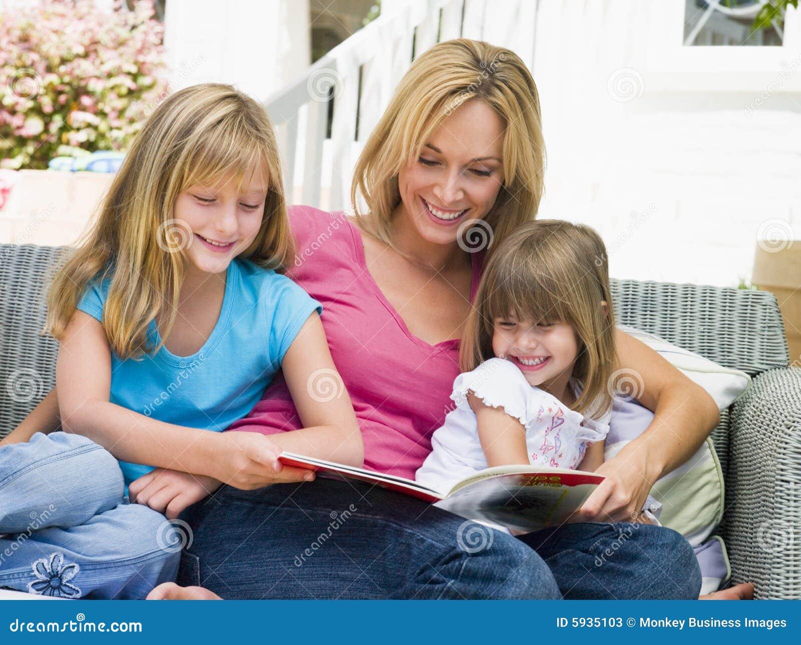 чтение патио девушок сидя 2 детеныша женщины