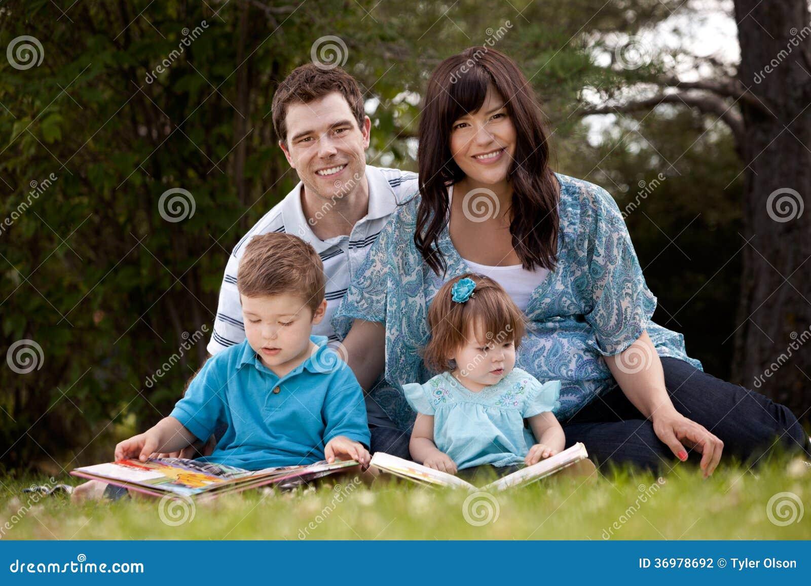 Чтение семьи в парке
